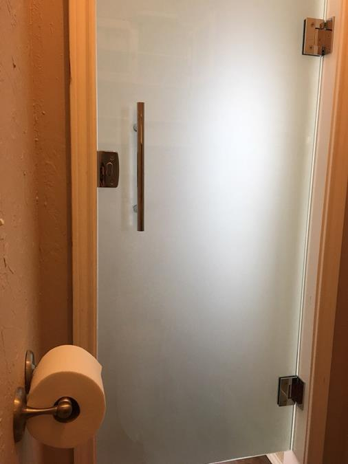 Frameless locking bathroom door (Copy)
